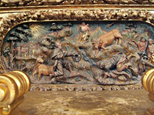 Détail de la prédelle du retable baroque du maître-autel illustrant la découverte, le taureau faisant la génuflexion devant la Statue qu'il vient de découvrir.